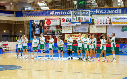 Kadri-Ann Lass (#7, fourth from the left) and her Uni Gyor team.