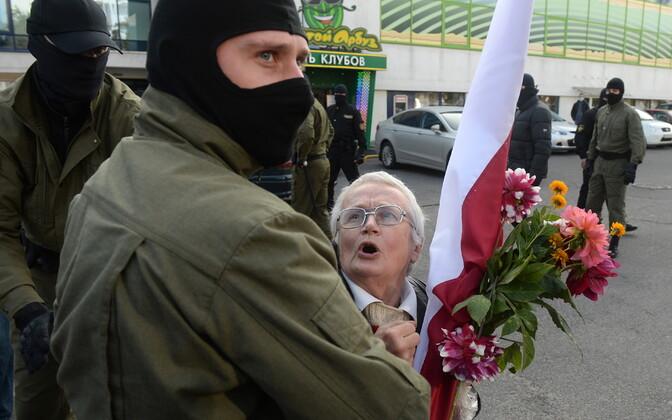 Valgevene miilits peab kinni 73-aastase opositsiooni aktivisti Nina Baginskaja.