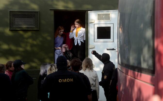 Valgevene miilitsad naiste marsist osavõtjaid vahistamas.