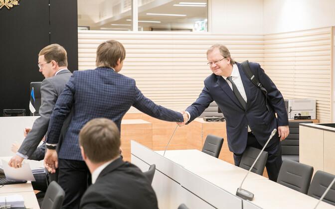 Оливер Крууда (справа) в зале суда.