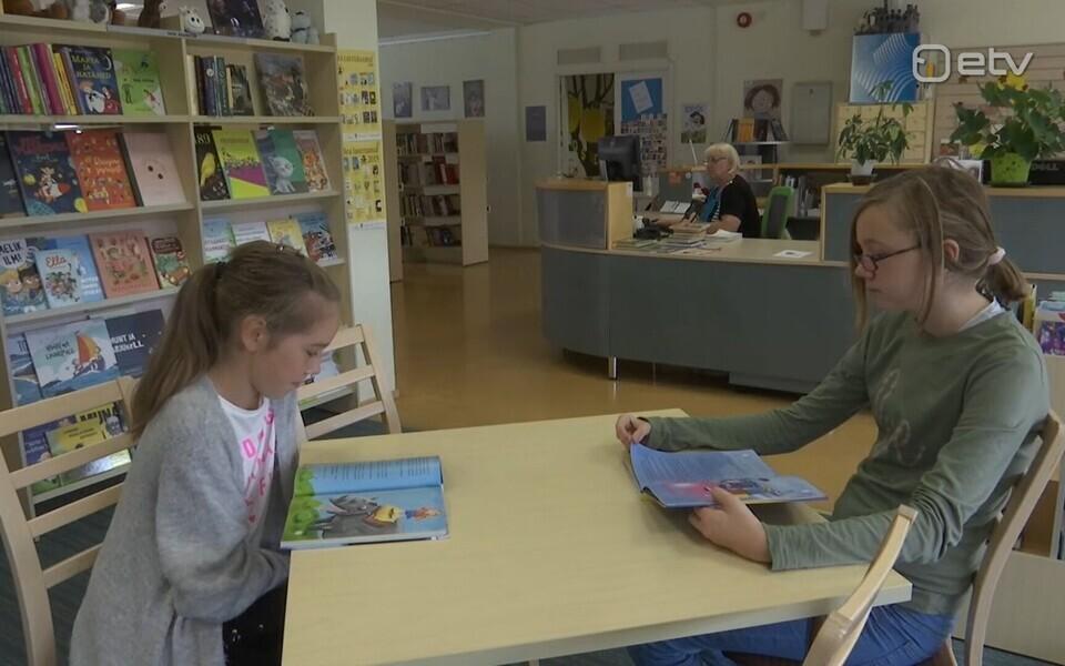 Ly Kotkas ja Anete Lukken raamatukogus.