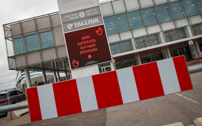 A social distancing sign at the Port of Tallinn which says: