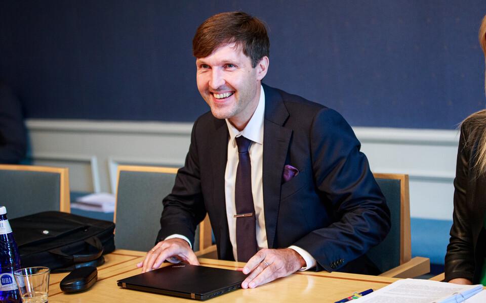 Против выражения вотума недоверия Мартину Хельме проголосовали 53 депутата, за – 45.