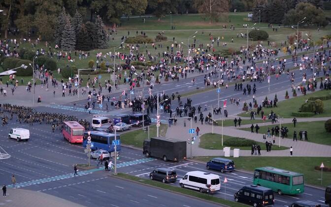 Meeleavalduse laialiajamine Minskis pärast Lukašenko ametissevannutamist.