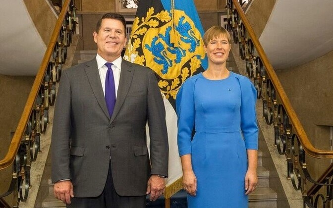 President Kersti Kaljulaid and US Under Secretay Keith Krach posing for a picture in Tallinn.