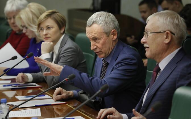 Vene Föderatsiooninõukogu saadik Andrei Klimov (paremalt teine) soovib välisagentide seaduse mõjuala laiendada.