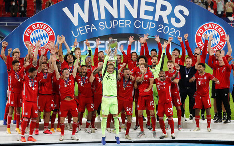 Müncheni Bayerni mängijad võidukarikaga.