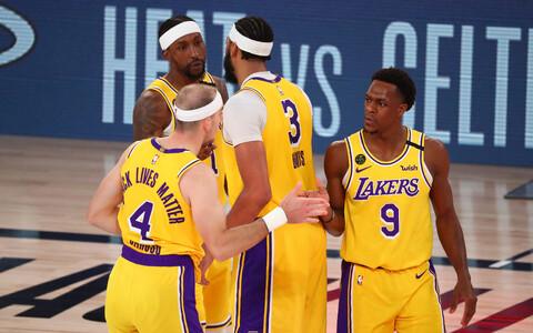 Los Angeles Lakersi mängijad võitu tähistamas.