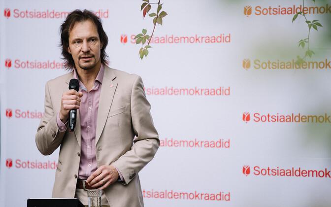 SDE leader Indrek Saar speaking at Saturday's party board meeting in Tallinn.