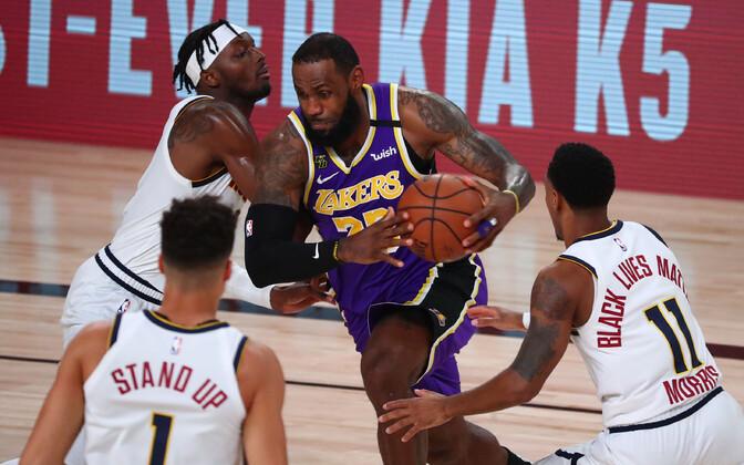 LeBron James (keskel) Denveri mängijate vastu