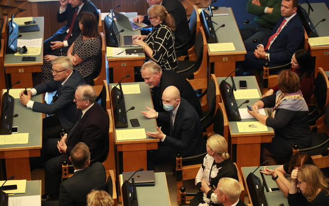 SDE, Center and Reform MPs in the Riigikogu's main chamber.