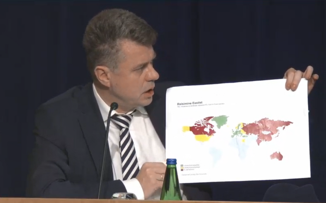 Urmas Reinsalu presenting travel information at Thursday's government press conference.