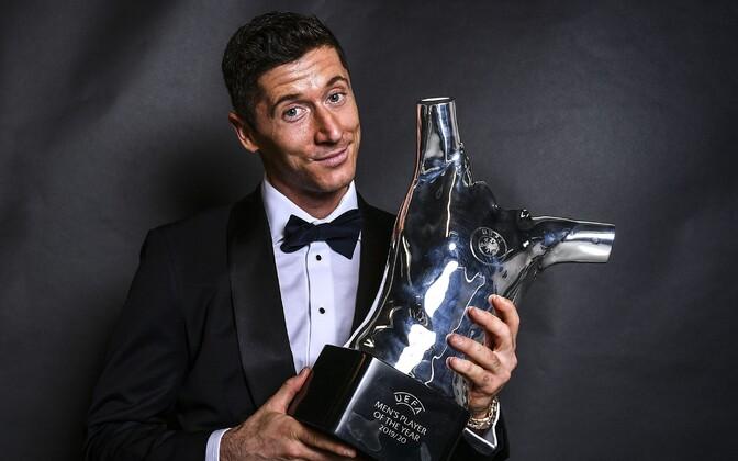 Robert Lewandowski UEFA aasta mängija trofeega