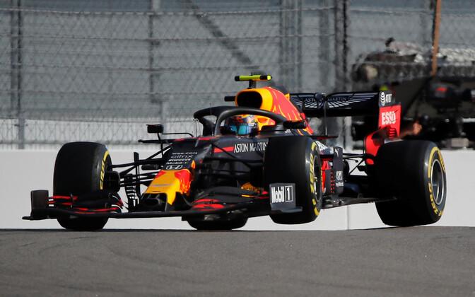 Alexander Albon Red Bulli võistlusmasina roolis
