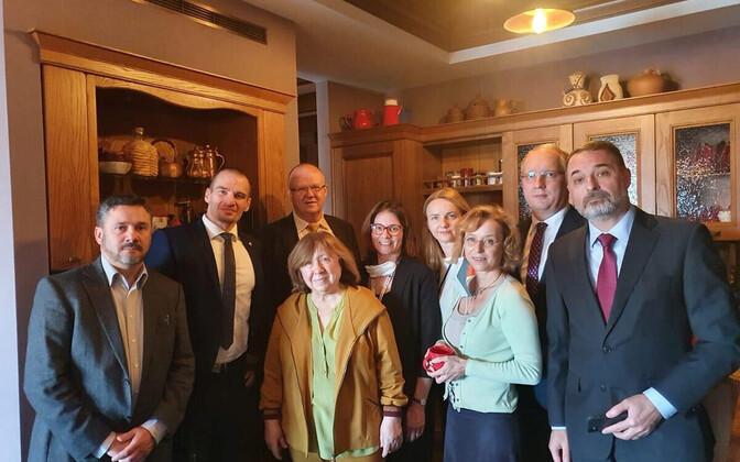 Lääne diplomaadidi pälvisid septembri algul maailma tähelepanu sellega, et kaitsesid Nobeli kirjanduspreemia laureaati Svetlana Alkijevitši tema kodus võimude rpressioonide eest.