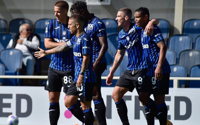 Atalanta mängijad kolmandat Cagliari võrku löödud väravat tähistamas