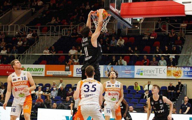 Maik-Kalev kotsar dunking for the Hamburg Towers.