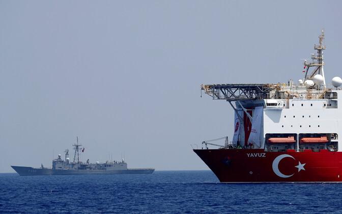 Türgi puurimislaev Yavuz, mille taustal seda kaitsev fregatt.