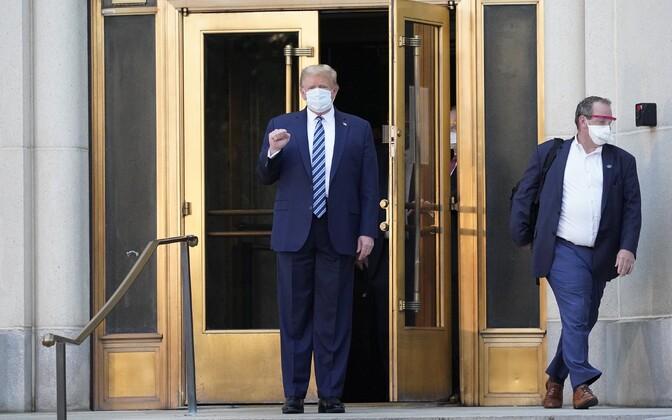 Donald Trump sõjaväehaigla peauksest väljumas.