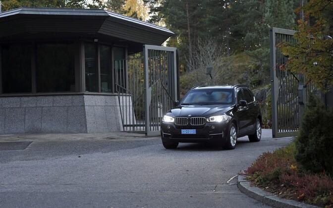 USA saatkonna auto Helsinkis läbirääkimiste asukohast lahkumas.