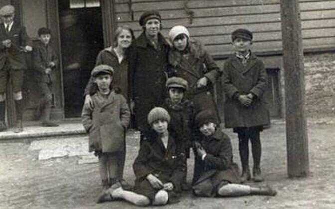 Seltskond Vana-Kalamaja 5 ees 1930. aaastal