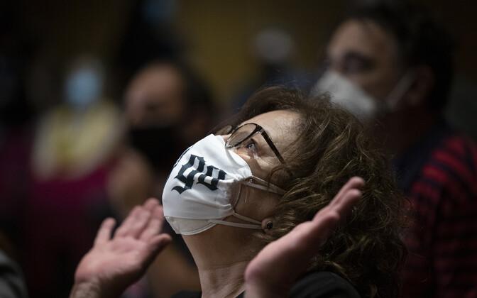 Kuldse Koidiku liikmete tapetud inimese ema reaktsioon pärast kohtu otsust organisatsioon kuritegelikuks kuulutada.