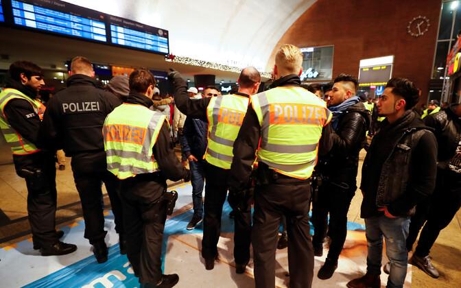 Võõrpäritolu noorte meeste kontrollimine Kölni raudteejemas Saksamaal.