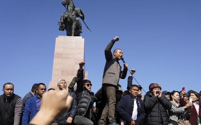 Kõrgõzstani meeleavaldajad kolmapäeval Biškekis.