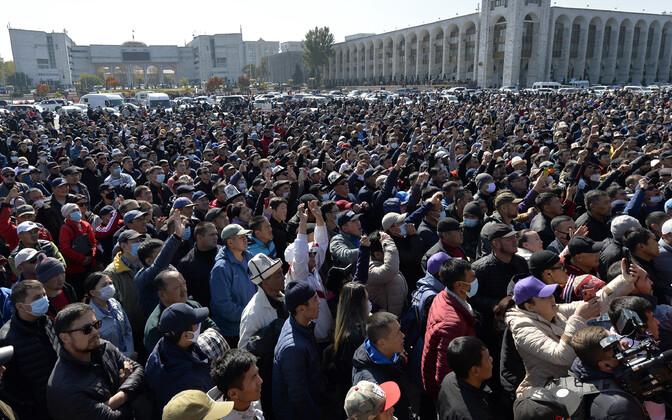 После парламентских выборов в Бишкеке начались акции протеста.