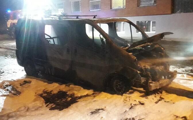 Пламя полностью уничтожило микроавтобус.
