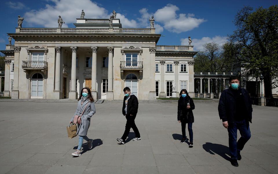 Люди в масках в Варшаве.