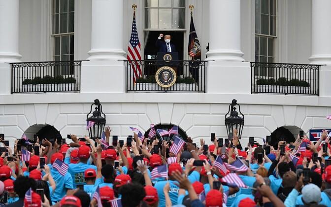 President Trump Valge Maja rõdult kõnelemas.