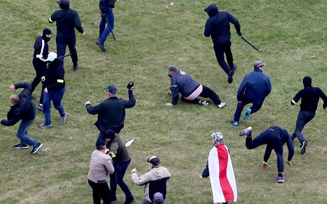 Meeleavaldajate ja erariides miilitsate kokkupõrge Minskis.