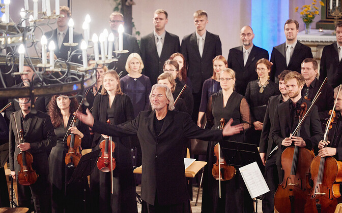Тыну Кальюсте с хором и оркестром.