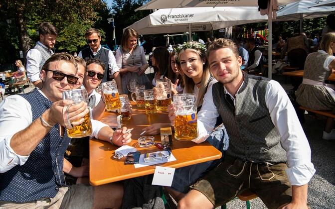 Saksa noored festivalil Oktoberfest.