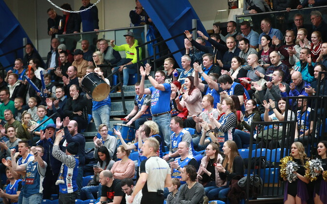 Fans cheering for BC Kalev/Cramo.