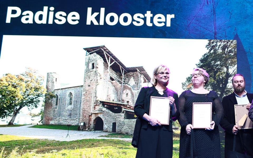 Heli Nurger (keskel) muinsuskaitseameti aastapreemiate kättesaamisel.