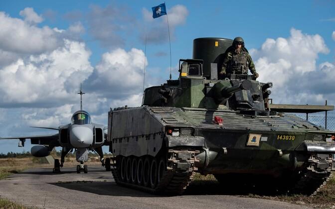 JAS-37 hävitaja ja soomusmasin Gotlandi baasis.