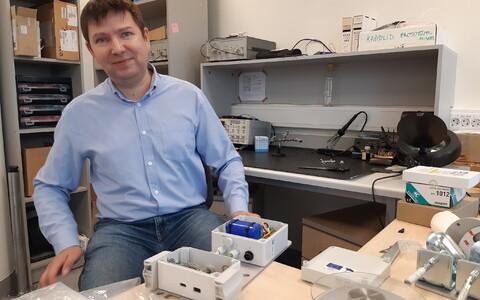 Tallinna Tehnikaülikooli tarkvarateaduste instituudi nooremteadur Jaanus Kaugerand sensoriga.
