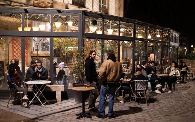 Hetk Pariisi baaris enne öise liikumiskeelu kehtimahakkamist.