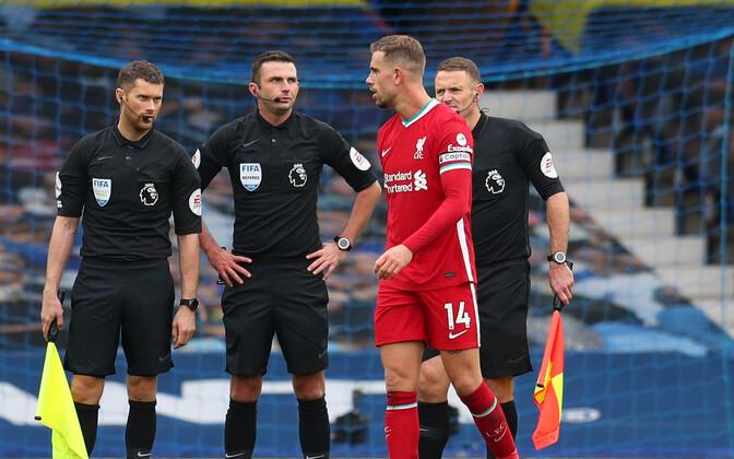 Liverpooli kapten Jordan Henderson ja matši kohtunikud