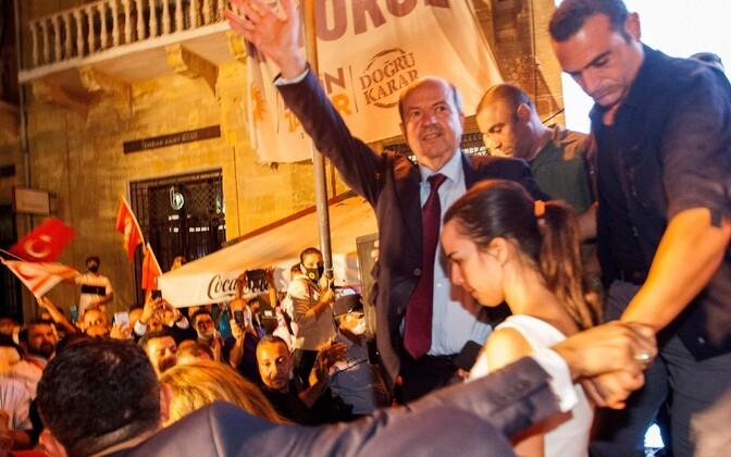 Ersin Tatar tähistamas valimisvõitu koos oma poolehoidjatega.