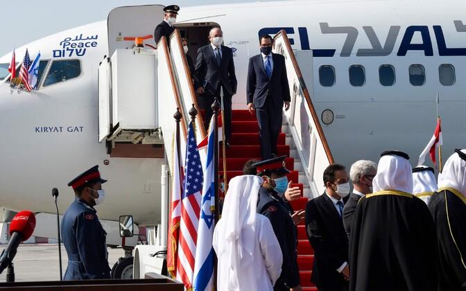 Bahreini ametiisikud Iisraeli delegatsiooni lennuväljal vastu võtmas, trepist laskub USA rahandusminister Steven Mnuchin.