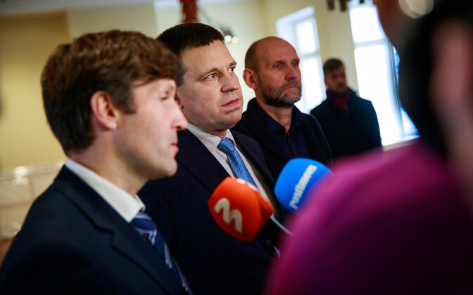 Лидеры партий правящей коалиции (слева направо): Мартин Хельме, Юри Ратас и Хелир-Валдор Сеэдер.)