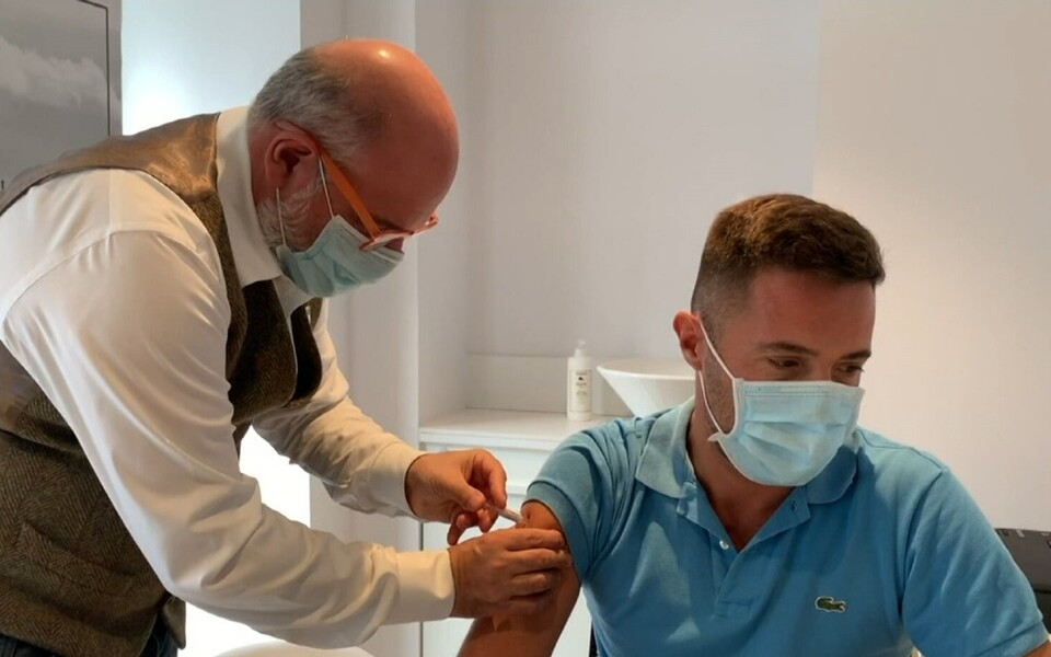 Прививку от гриппа следует внести в обязательную программу иммунизации населения, считают медики.