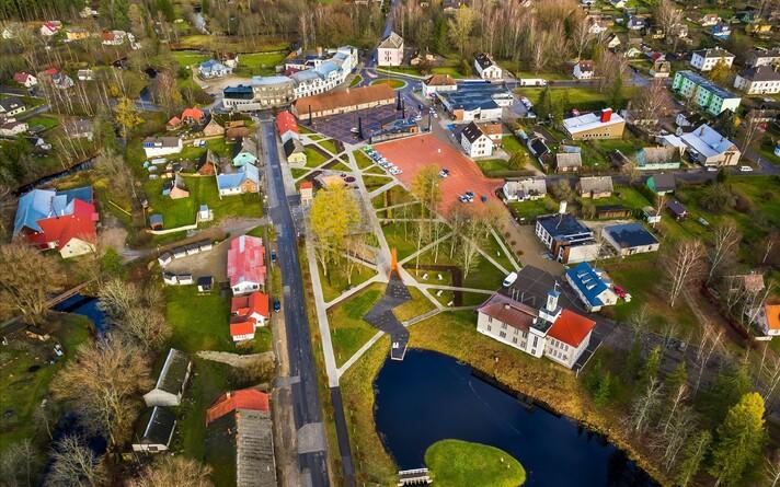 """Tõrva linn oli esimene linn Eestis, mis EV100 arhitektuuriprogrammi """"Hea Avalik Ruum"""" raames sai endale uue linnasüdame."""