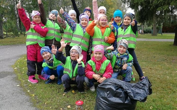 Дети собирали окурки.
