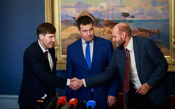 Martin Helme, Jüri Ratas, Helir-Valdor Seeder at the signing of a joint declaration.