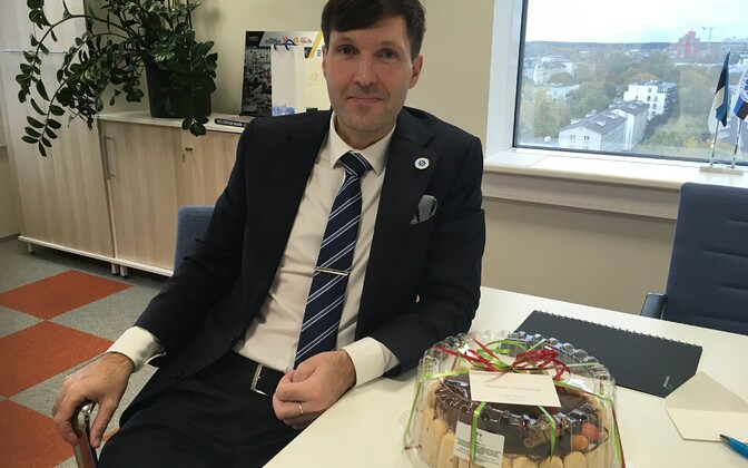 Minister of Finance Martin Helme next to a cake sent by Prime Minister Jüri Ratas.