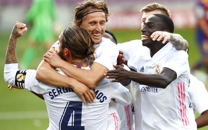 Madridi Reali mängijad Luka Modrici väravat tähistamas